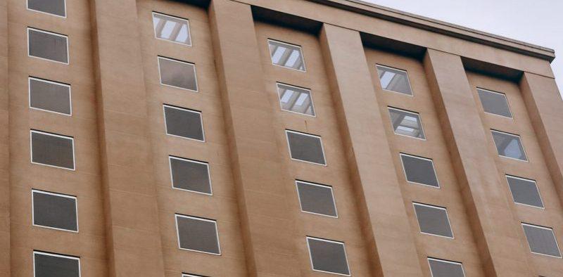 Öffentliche Einrichtungen wie Schulen, Universitäten oder Krankenhäuser brauchen auch gute Fenster